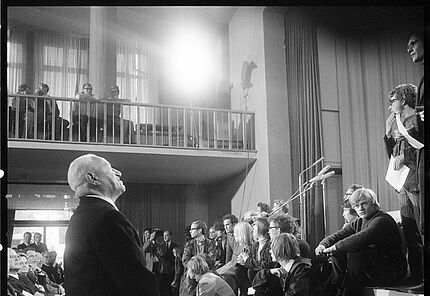 Preisverleihung 1969:  Protestaktion von Schülern der Darmstädter Georg-Büchner-Schule Foto: Pit Ludwig (c) Deutsche Akademie
