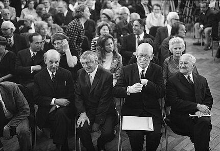 Preisverleihung 1971:  v.l. Freud-Preisträger Werner Kraft, Merck-Preisträger Peter Huchel, Büchner-Preisträger Uwe Johnson und Akademiepräsident Gerhard Storz Foto: Pit Ludwig  (c) Deutsche Akademie