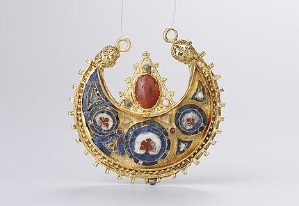 Kleineres Ohrringpaar, 10 u 11. Jh., Gold, Edelsteine, Gemmen, Perlen, Email, Kunstgewerbemuseum Berlin, Foto: W. Fuhrmannek, HLMD