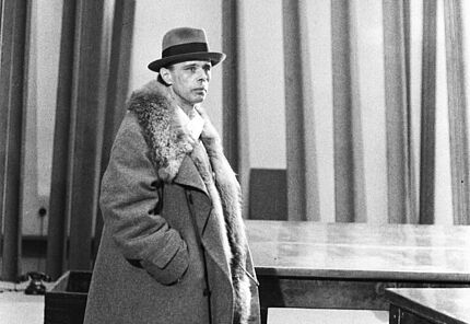 Joseph Beuys im Hessischen Landesmuseum Darmstadt, 1971  © Hessischen Landesmuseum Darmstadt, Foto: Werner Kumpf, VG Bild-Kunst, Bonn 2020
