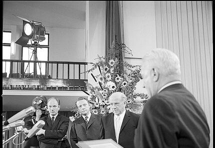 Urkundenübergabe 1970:  Büchner-Preisträger Thomas Bernhard, Merck-Preisträger Joachim Kaiser und Freud-Preisträger Werner Heisenberg   Foto: Pit Ludwig (c) Deutsche Akademie