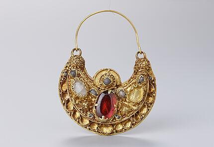 Größeres Ohrringpaar, 10. u 11. Jh., Gold, Edelsteine, Perlen, Kunstgewerbemueum Berlin, Foto: W. Fuhrmannek, HLMD