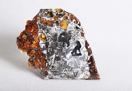 Steineisen-Meteorit, Seymchan, Privatsammler, Foto: Marisa Blume,  HLMD