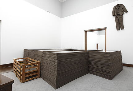 Joseph Beuys, FOND III, 1969 / Grauballemann, 1952 / Filzanzug, 1970, Block Beuys, Raum 2 © VG Bild-Kunst, Bonn, 2020