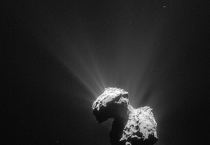Comet on 7 July 2015 – NavCam  This single frame Rosetta navigation camera image of Comet 67P/Churyumov-Gerasimenko was taken on 7 July 2015 from a distance of 154 km from the comet centre.  © ESA/Rosetta/NAVCAM – CC BY-SA IGO 3.0