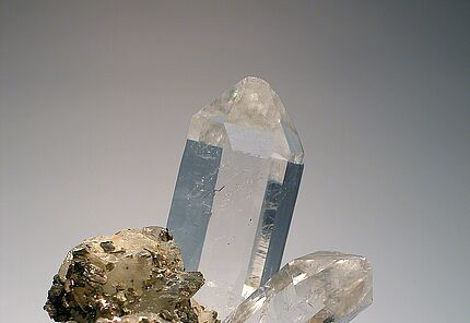 Bergkristall in Paragenese mit Pyrrhotin und Siderit, HLMD-RP-166, Brasilien  ©Hessisches Landesmuseum Darmstadt  Foto: Wolfgang Fuhrmannek