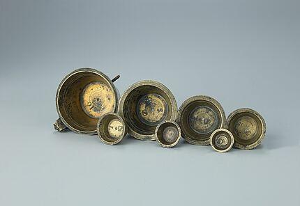 Topfgewichtssatz aus Messing, mit Eichstempel aus Baden, um 1810, Foto: Wolfgang Fuhrmannek, HLMD