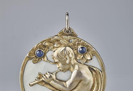 Georg Bindhardt, Schwäbisch Gmünd, Medaillon, um 1902 Silber, vergoldet, Permutt, Saphire, © Sammlung Ratz-Coradazzi, Foto: Wolfgang Fuhrmannek, HLMD