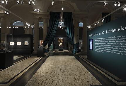"""Ausstellungsansicht """"CHIC! Mode im 17. Jahrhundert"""" ©Hessisches Landesmuseum Darmstadt, Foto: Wolfgang Fuhrmannek"""