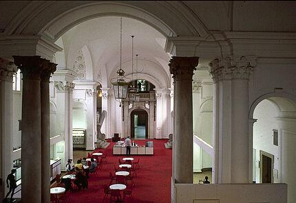 Aus dem Archiv des HLMD: Haupthalle um 1985