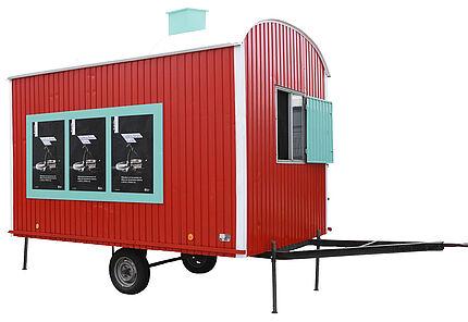 Außeninstallation zur Ausstellung. Ein Baustellenwagen als begehbare Camera obscura. Foto: Wolfgang Fuhrmannek