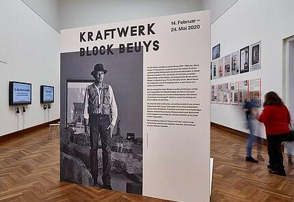 Kraftwerk Block Beuys, Ausstellungsansicht, Foto: Wolfgang Furhmannek, HLMD, Originalfoto: Christine Wurm, 1984
