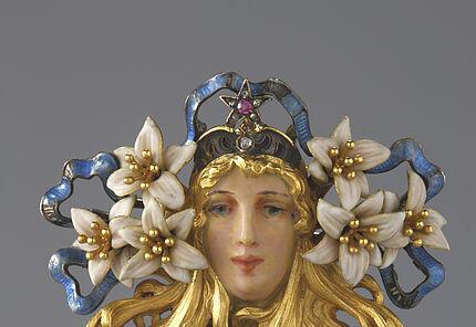 Georges Fouquet, Brosche mit dem Porträt der Sarah Bernhardt, Paris, 1895, Gold, Email, Diamanten, Brillanten, Rubin, Saphir, Perle 57 x 40 mm