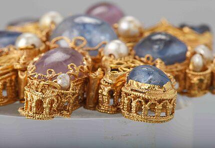 Mainzer Tassel, Rheinland, Ende 10. Jahrhundert, Gold, Saphire, Amethyste, Perlen, Glas (Detail), Foto: W. Fuhrmannek, HLMD