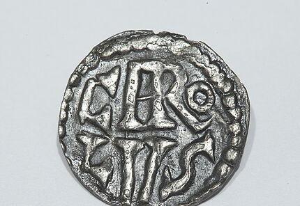Denar Karls des Großen, Silber, Ende 8. Jh., Leihgabe der hessenARCHÄOLOGIE