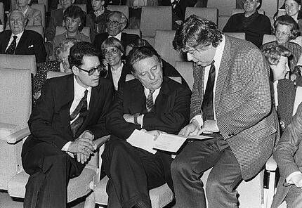 Merck-Preisträger Albert von Schirnding (li.) mit seinem Laudator Joachim Kaiser und Jurymitglied Herbert Heckmann vor der Preisverleihung 1982 Foto: Christel Bauer (c) Deutsche Akademie